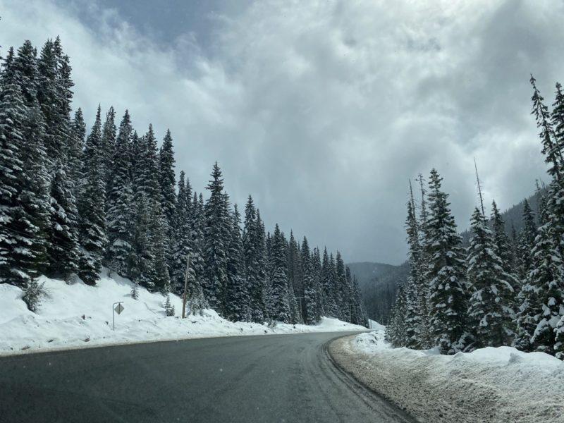 Une photo des montagnes enneigées de Vancouver